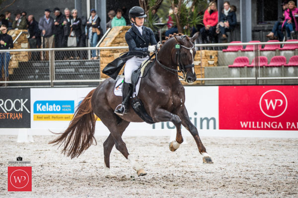 Alexis Hellyer and 'Blufields Floreno' win the class with a score of 75.53%